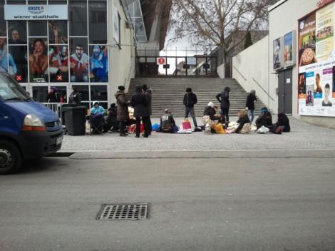 Fans stehen seit den Mittagsstunden vor der Stadthalle an. (Foto:  Claudia Hoffmann)