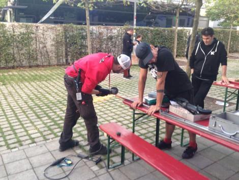 Fleissig beim Reparieren: Tourmanager und Tech in München.