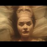"""Mystisch und unheimlich zugleich: Szene aus Ida Longs Video """"Woman"""""""