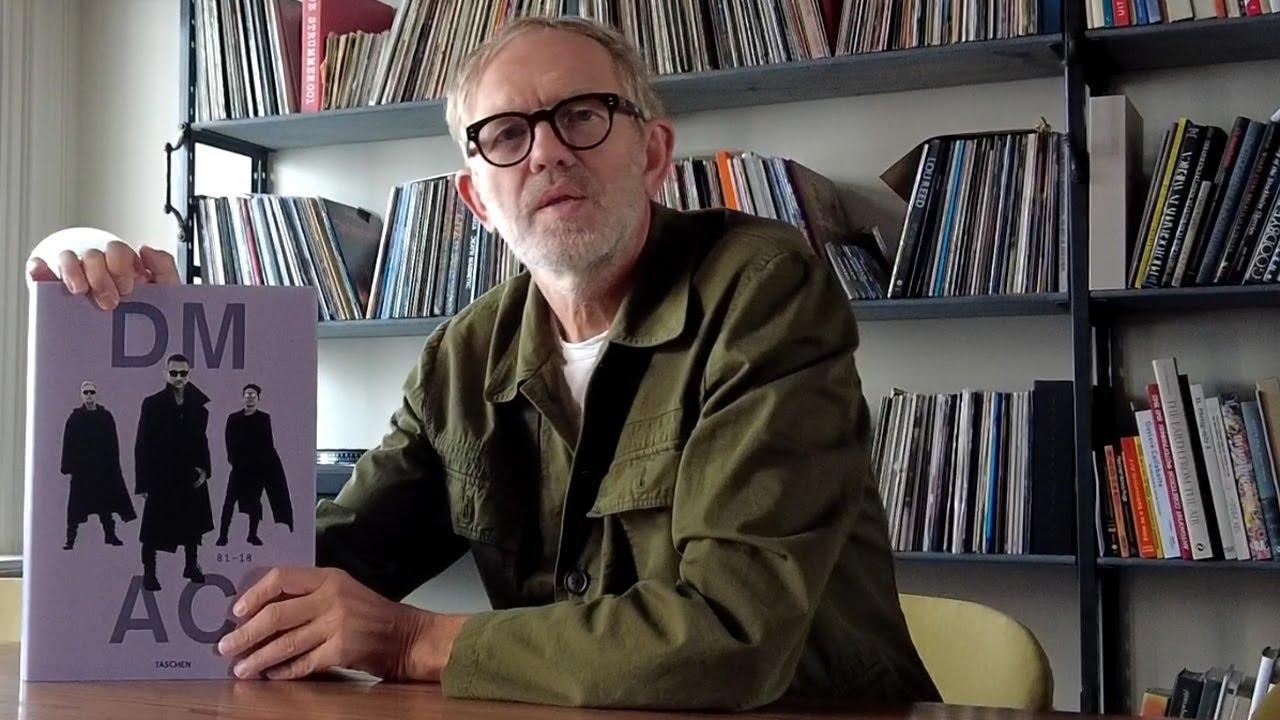 Anton Corbijn stellt auf dem Foto seinen Bildband zu Depeche Mode vor